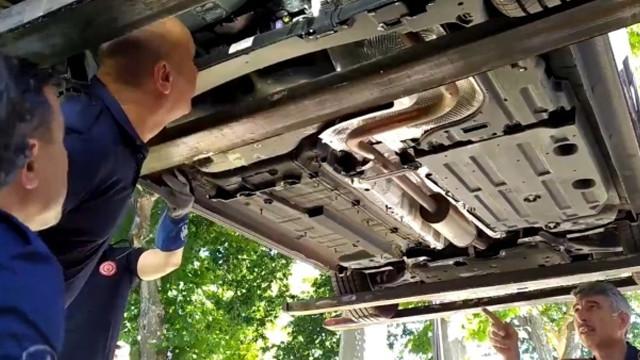 Fatih'te yılan paniği! Otomobilin altına giren yılan böyle çıkarıldı