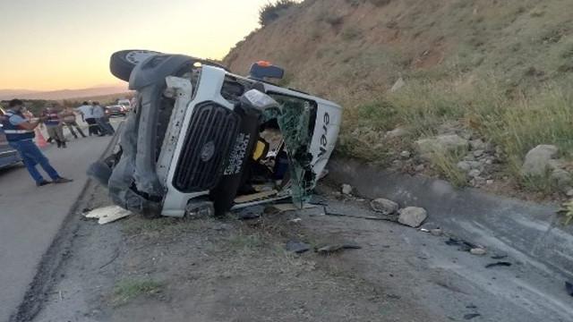 Minibüs lastiği patladı! Devrilen araçtaki 16 kişi yaralandı