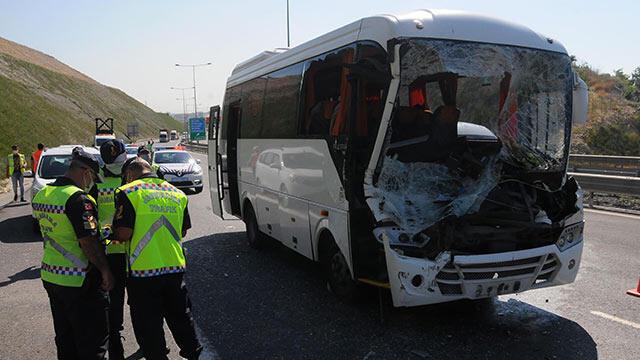 Midibüs, kamyona çarptı: 13 kişi yarlaandı