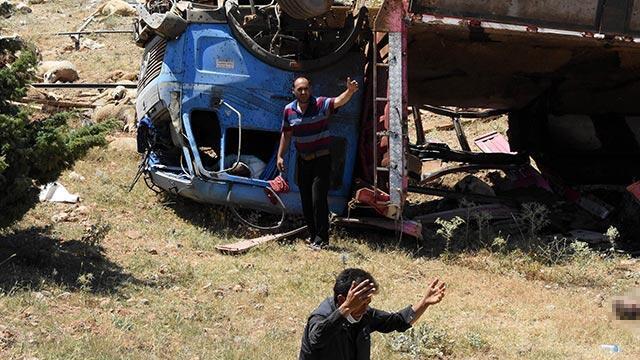 Kurbanlık yüklü kamyon devrildi: 3 kişi yaralandı