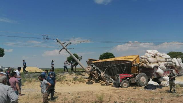Traktöre, yük treni çarptı: 1 ölü, 2 yaralı