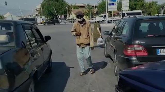 Kolunu saklayarak vatandaşlardan para dilenen kişi yakalandı