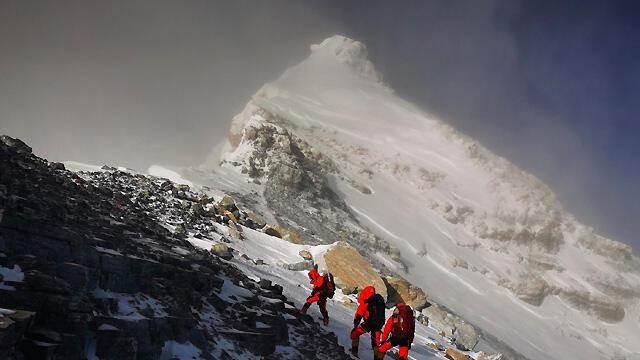 Everest ve Himalaya zirveleri, dağcılara yeniden açılıyor