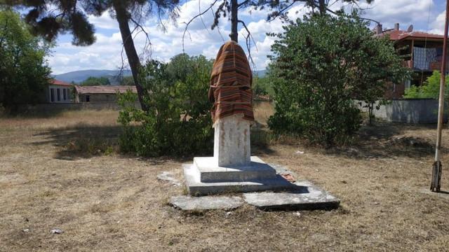 Atatürk heykelini bezle örttüler!