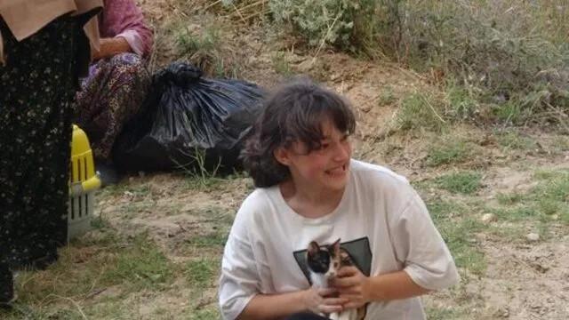 Çanakkale'de boşaltılan köyden kahreden görüntü! Kedisine sarılıp...