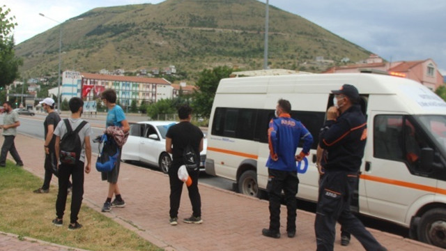 Dağda mahsur kalan 8 genç, AFAD tarafından kurtarıldı