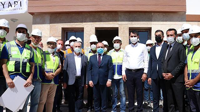Bakan Kurum, Elazığ'da depremzedeler için inşası süren konutları inceledi