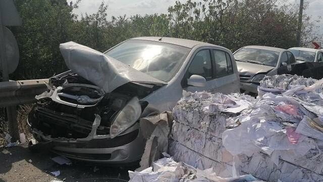 Freni boşalan kamyon devrildi! 9 araç hasar gördü