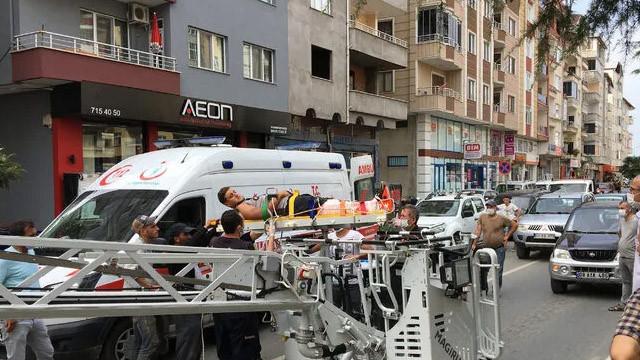 Rize'de korkunç olay! 6 katlı binanın çatısında asılı kaldı