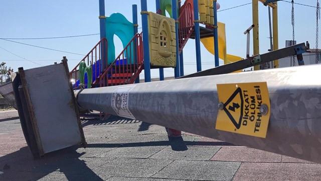 Çocuk parkında dehşet: Üzerine elektrik direği devrilen çocuk öldü