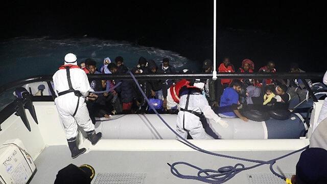 Türk kara sularına itilen 33 göçmen kurtarıldı