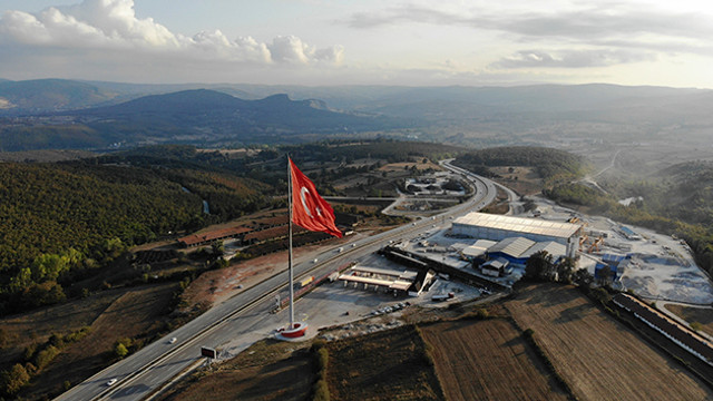 Türkiye'nin en büyük bayrağını gönderde!