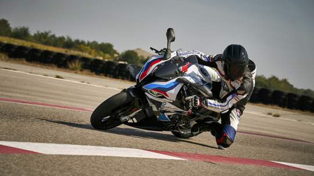 BMW yeni canavarını tanıttı: BMW M 1000 RR