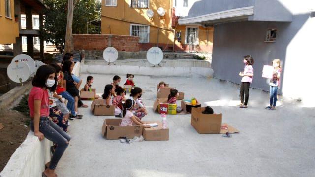 6. sınıf öğrencisi, bahçede kurduğu sınıfta ders veriyor
