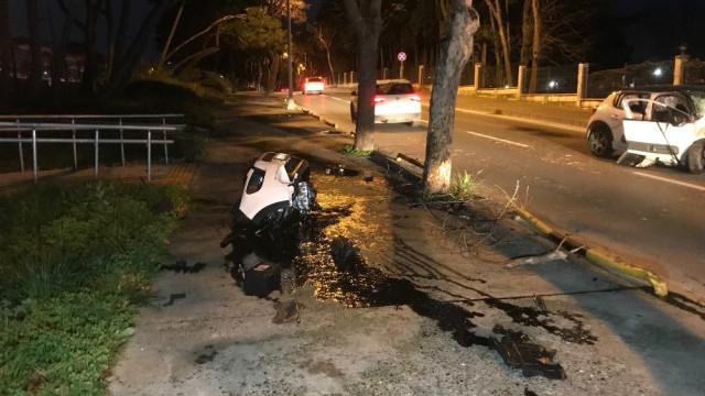 Bakırköy'de otomobil ağaca çarptı: 4 yaralı