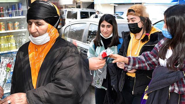Siverek'te kadınlara ''karanfil'' sürprizi