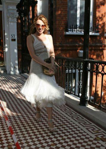 Minogue kıyafetinin azizliğine uğradı