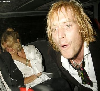 Sienna Miller ve sevgilisi alkolü fazla kaçırdı