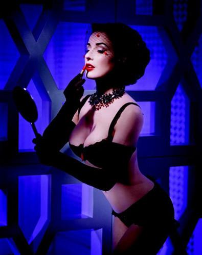 Striptiz kraliçesi sunar