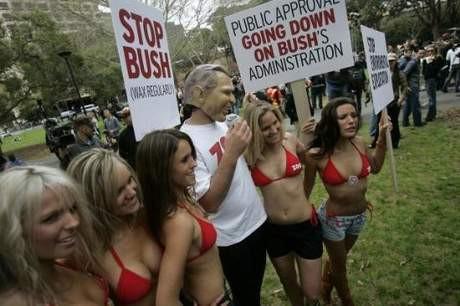 Busha bikinili protesto