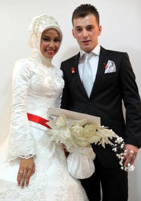 İnternette tanışıp evlendiler