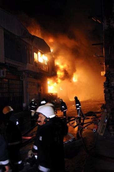 Yenibosnada fabrika yangını