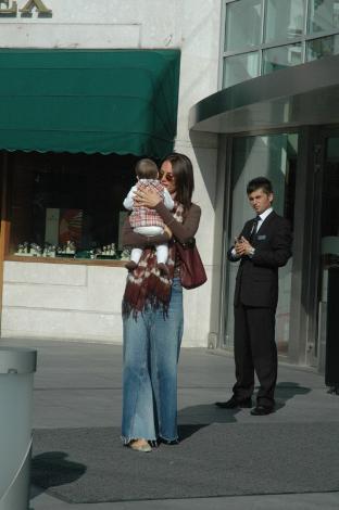Kızıyla geziyor