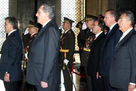 Anıtkabirde tören yapıldı