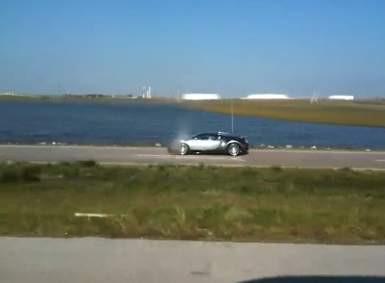 1 milyon dolarlık Bugattiyle göle daldı