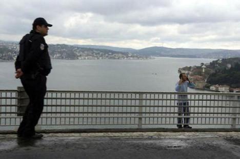 Sevgilisini öldürüp köprüden atladı