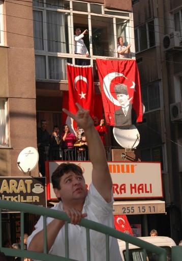 İzmirde DTPye taşlı sloganlı karşılama