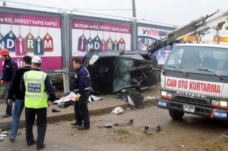 Otomobil durağa daldı: 4 ölü