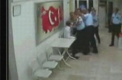 Polis dayağı güvenlik kamerasında