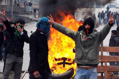 Türk Bayrağı ı da yaktılar