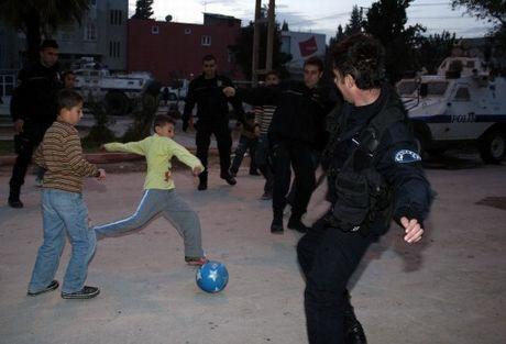 Taş atan çocuklarla top oynadılar
