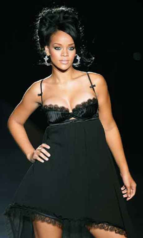Rihanna podyumda...