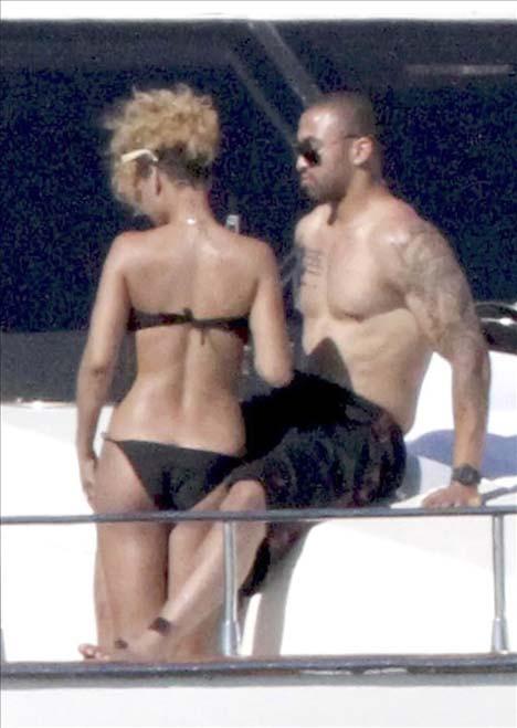 Rihanna ın deniz keyfi