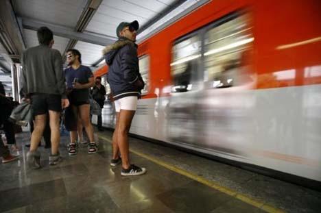 Metroda Pantolonsuz Yolculuk eylemi