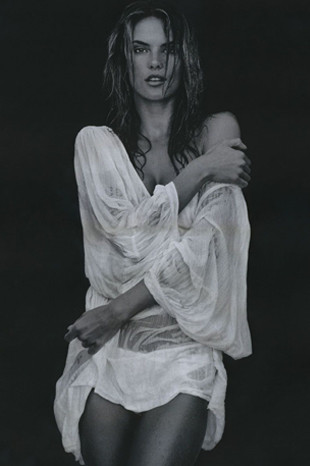 Alessandra Ambrosio GQ dergisine poz verdi