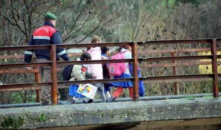 Öğrencilerin geçtiği köprü böyle yıkıldı!