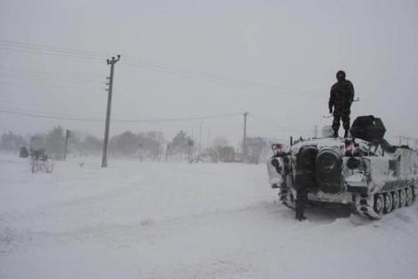 Karda mahsur kalanları askerler kurtardı