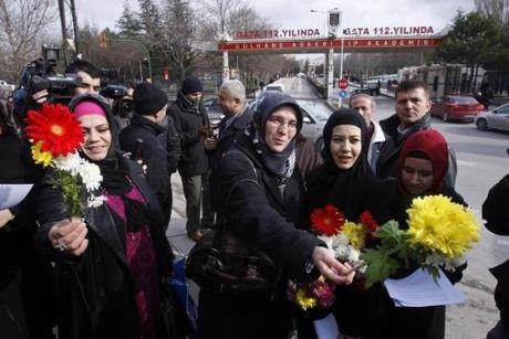 GATA önünde türbanlı protesto