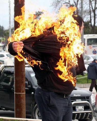 Kendini ateşe verdi !