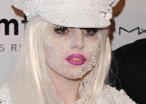 Lady Gaga iç çamaşırıyla sahnede