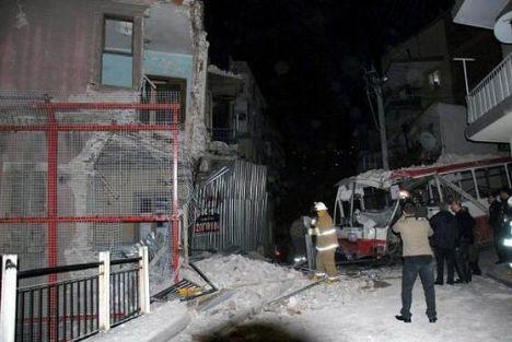 İzmirde otobüs eve girdi
