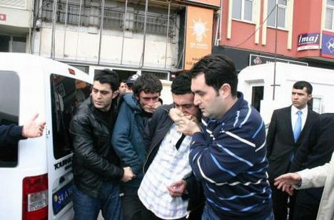Liseliler AKP binasını işgale kalkıştı