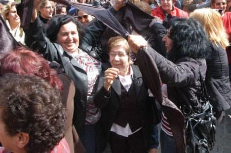 CHPli kadınlar çarşaf yırttı!