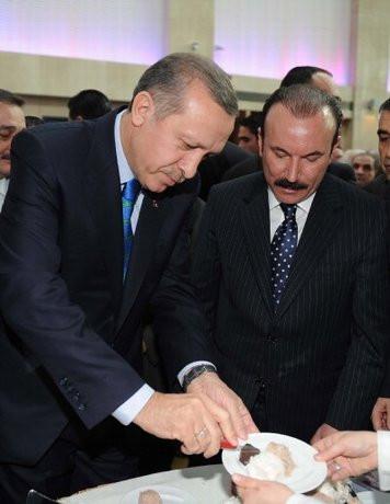 Erdoğan tatlıyı çakısıyla böldü
