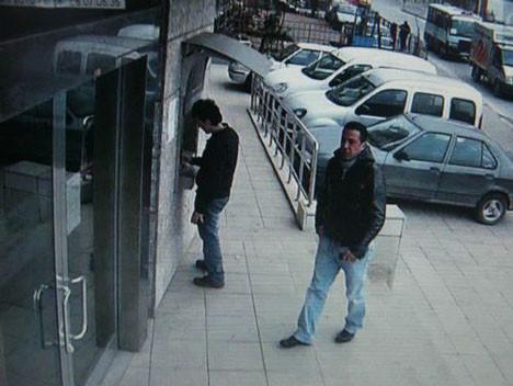 ATM fareleri güvenlik kamerasında dersin