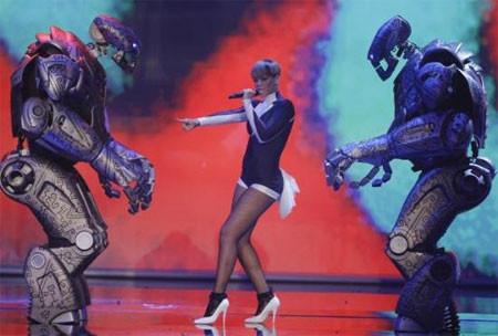 Rihanna robotlarla dans etti
